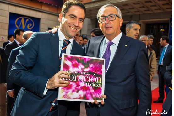 Juncker recibe el libro de La Floración en Cieza de Fernando Galindo